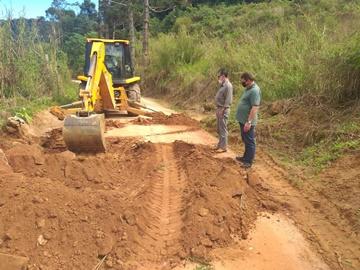 Cratera na estrada vicinal sendo recuperada e trânsito impedido em Marechal Floriano