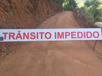 Cratera na estrada vicinal sendo recuperada e trânsito impedido em Marechal Floriano 2