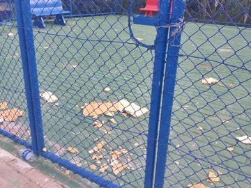Fitas para evitar aglomerações em pracinha esportiva infantil são retiradas por moradores