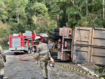 Homem fica preso às ferragens após caminhão tombar e bater em árvore