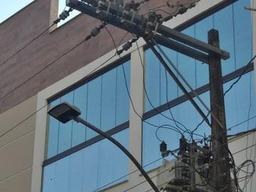 Eletricistas concluem substituição de peça apodrecida numa via pública de Marechal Floriano