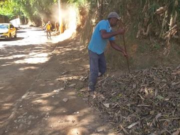 Matagal é cortado ao longo da estrada de Rio Fundo em Marechal Floriano