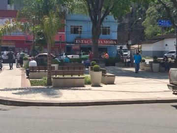 Moradores e visitantes de Marechal Floriano respeitam o distanciamento após retirada das faixas da pracinha