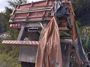 Motorista fica ferido após carreta capotar na rodovia Pedro Cola em Venda Nova