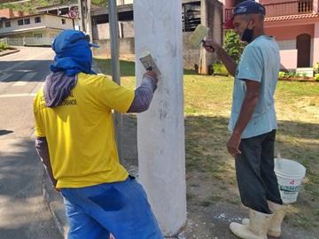 Postes de luz e meios fios pintados para embelezar bairros em Marechal Floriano