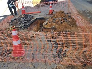 Tubulação é instalada após o rompimento de canos que fornecem água tratada em Marechal Floriano
