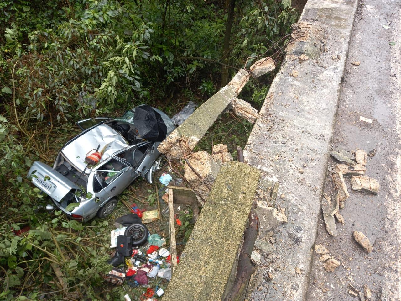 Acidente carro cai da ponte 1