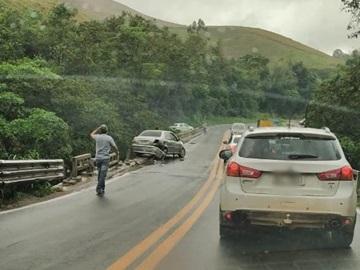 Carro derrapa em pista molhada e quase cai da ponte do Rio Jucu