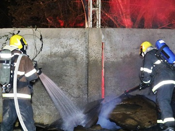 Corpo de Bombeiros combate incêndio em antigo galpão de recicláveis
