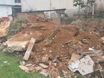 Remoção de entulhos de arquibancada caída no campo do América de Marechal Floriano