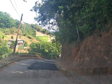 Braçais reformam estrada no interior de Marechal Floriano com massa asfáltica e cascalho