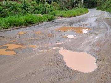 Buracos e lama na rodovia que liga a BR 262 a São Bento de Urânia prejudicam agricultores