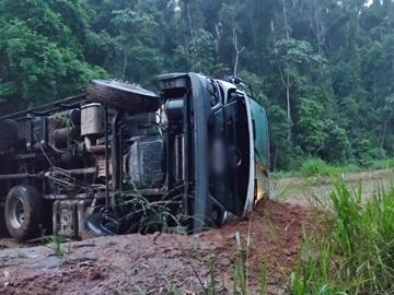 Caminhão frigorífico tomba na BR 262 após evitar batida com outro veículo