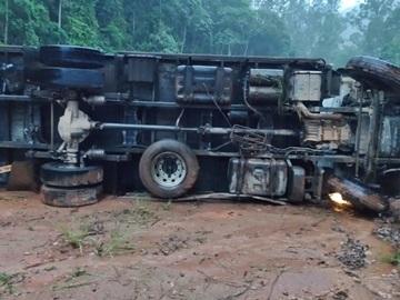 Caminhão frigorífico tomba na BR 262 após evitar batida com outro veículo 2