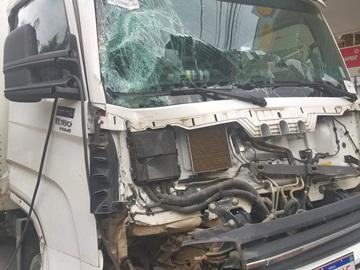 Caminhão sai da estrada e colide com árvore na zona rural de Venda Nova