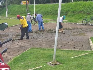 Equipes braçais da Prefeitura de Marechal Floriano preparam a cidade para visitas