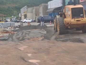 Obras de calçamento nesta manhã 19 no Trevo de Paraju em Marechal Floriano