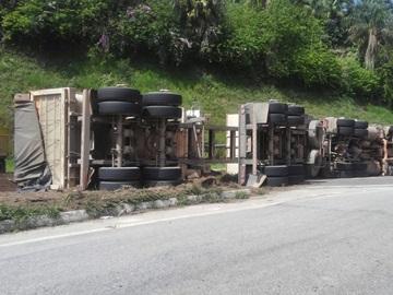 arreta fica desgovernada e tomba na BR 262 em Fazenda do Estado Domingos Martins