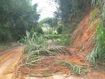 Barreira cai no meio de estrada na zona rural de Alfredo Chaves