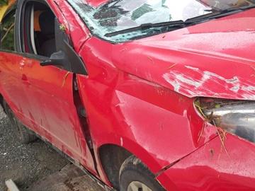 Carro derrapa em pista molhada e tomba na BR 262