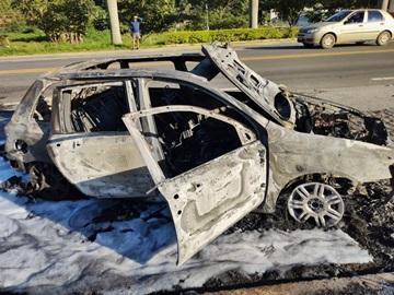 Carro em que viajava uma família mineira fica totalmente destruído por um incêndio 2