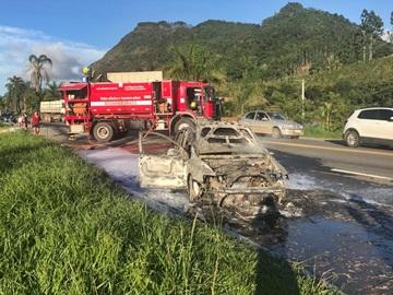 Carro em que viajava uma família mineira fica totalmente destruído por um incêndio 3