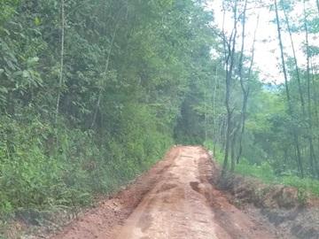 Estrada esburacada ganha raspagem no piso e cascalho em Marechal Floriano