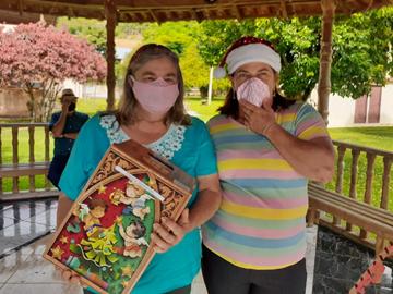 Idosos dos grupos da terceira idade de Domingos Martins recebem cesta natalina