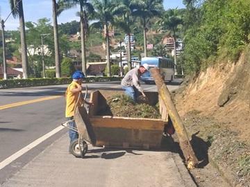 Limpeza para manter a segurança no trevo da BR 262 em Marechal Floriano