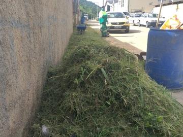 Matagal em um bairro na chegada de Marechal Floriano é aparado com equipamento