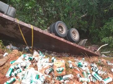 Carga de cerveja é saqueada após caminhão tombar na BR 262 2