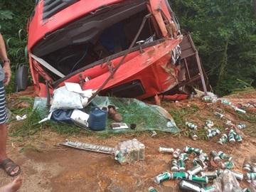 Carga de cerveja é saqueada após caminhão tombar na BR 262 3