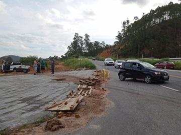 Dois carros se envolvem em colisão em trevo da BR 262