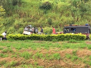 Carro capota e deixa feridos na BR 262 em Venda Nova do Imigrante