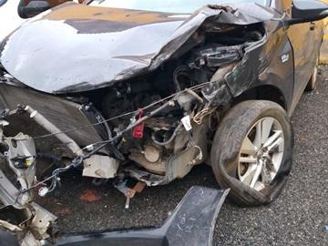 Carro fica destruído em colisão com caminhão sob chuva forte na BR 262