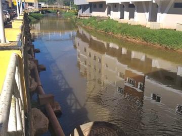 Rio Braço Sul do Jucu recebe larvicida contra mosquito borrachudo em Marechal Floriano