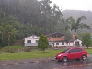 Tempestade com ventania e granizo atinge a Região Serrana