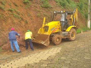 Barrancos que desabaram sobre estradas vicinais são removidos em Marechal Floriano