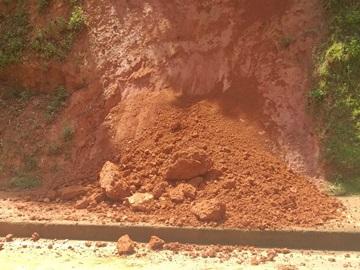 Barreira cai sobre calçadão em Marechal Floriano