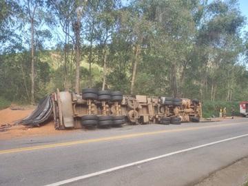Carreta tomba na BR 262 em Brejetuba e deixa motorista ferido