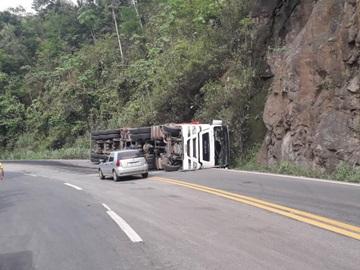 Carreta transportando madeira tomba na BR 262 e deixa trânsito lento