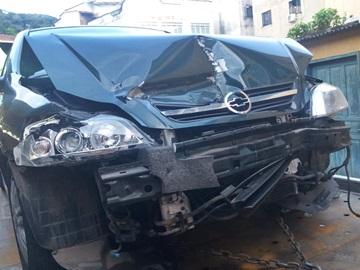 Carro derrapa na pista da BR 262 e provoca acidente com outros dois carros