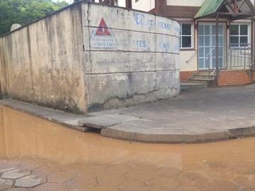Entulhos de obras entope rede pluvial em rua de Marechal Floriano