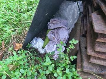 Moradores de rua abandonam roupas em terreno da ferrovia em Marechal Floriano