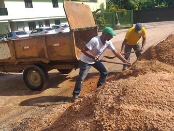 Prefeitura de Marechal Floriano lava a praça e faz manutenção em caixa coletora de água