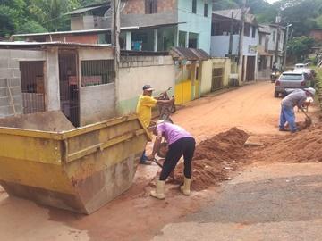 Prefeitura de Marechal Floriano remove lamaçal no Bairro Poço Fundo