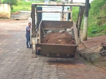 Terra e lama são removidos de estradas após chuvas em Marechal Floriano