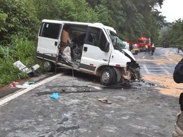 Uma pessoa morreu em acidente entre van e caminhão na BR 262