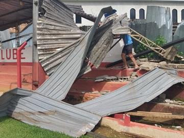 Telhas metálicas derrubadas por tempestade são removidas do estádio do América de Marechal Floriano