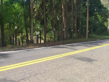Estrada Velha de Campinho recebe pintura nova para promover segurança de motoristas